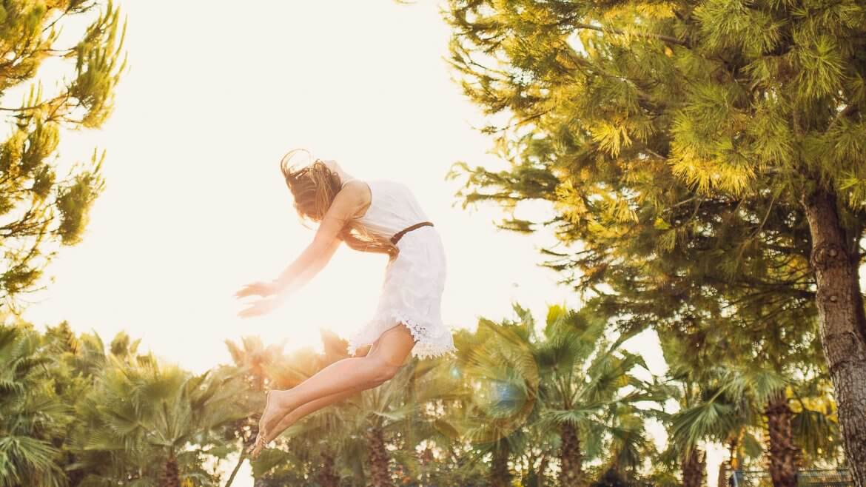 Frau springt mit Herzöffner Haltung