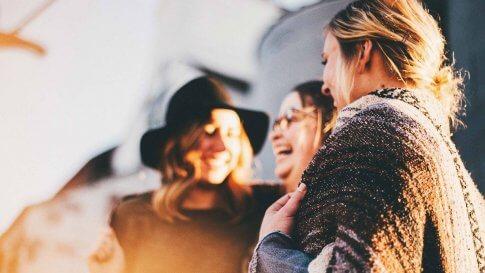 Freundinnen lachen